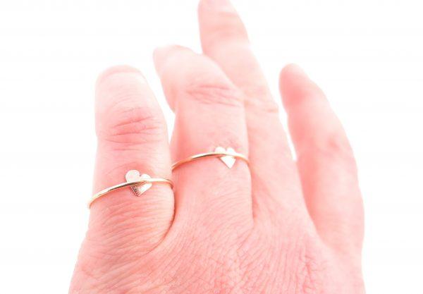 twee gouden MOYA hart onder de ringen op de hand