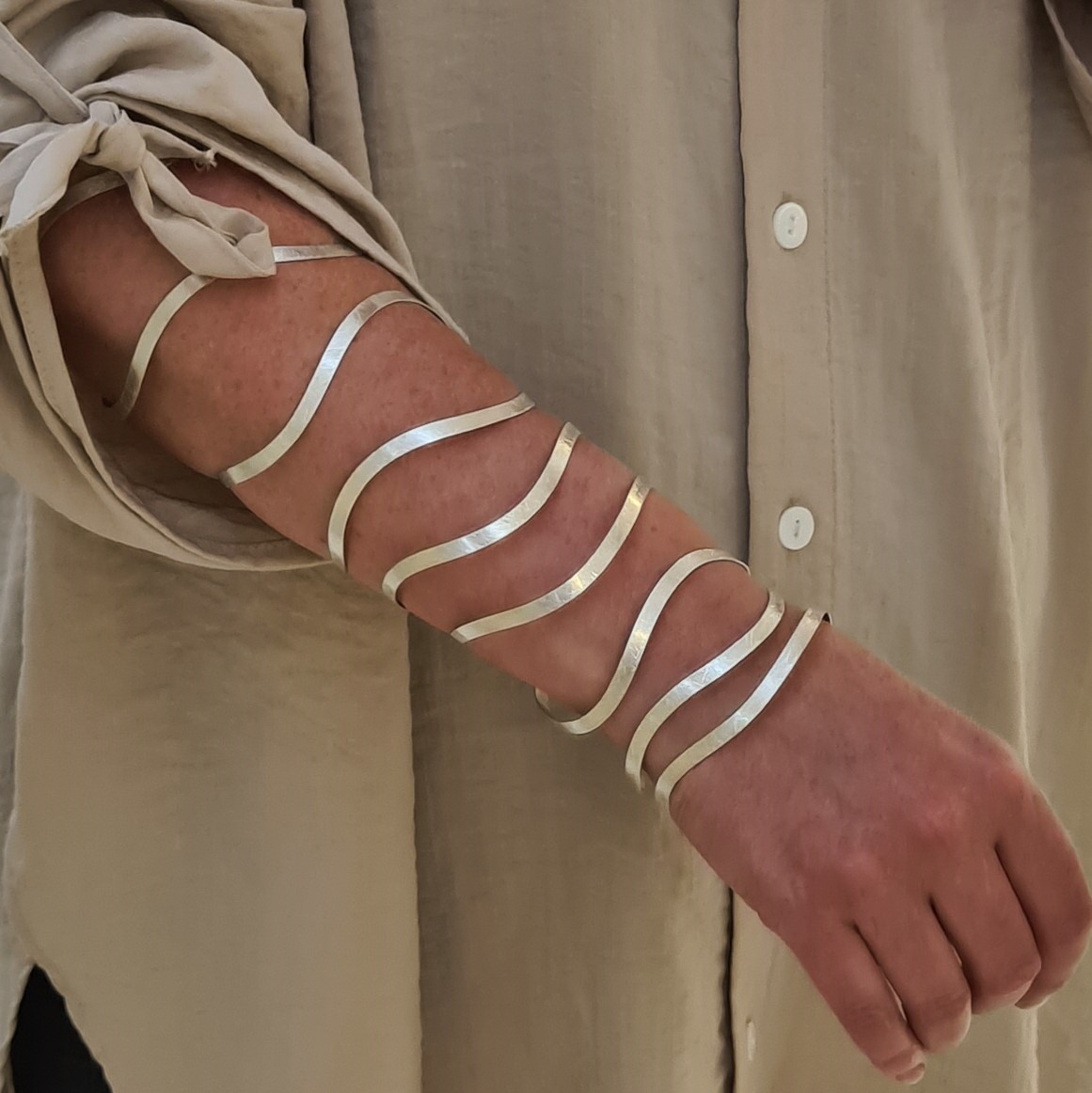 Zilveren Wikkel armband om arm